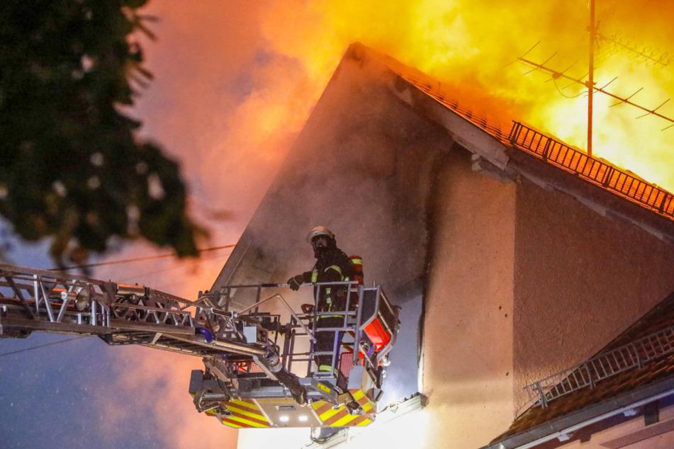Heftiger Brand in Dachstuhlwohnung bei schwerem Gewitter