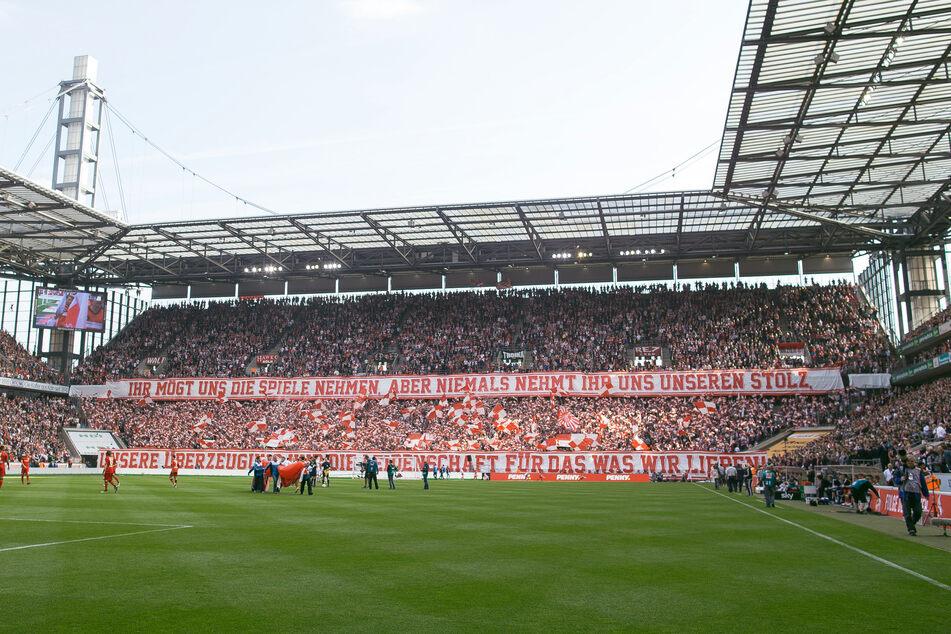 Wegen eines Böllerwurfs beim Derby zwischen dem 1. FC Köln und Borussia Mönchengladbach steht der Mann vor Gericht. (Archivbild)
