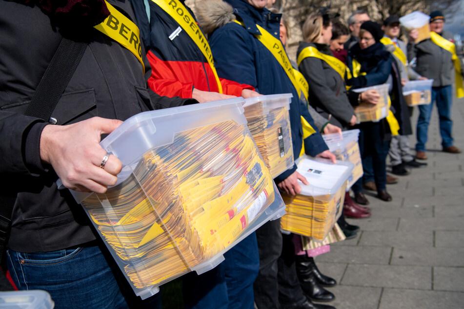 Die Initiatoren des Volksbegehrens übergeben bei einer Demonstration vor dem bayerischen Innenministerium einen Antrag mit 52.000 Unterschriften.