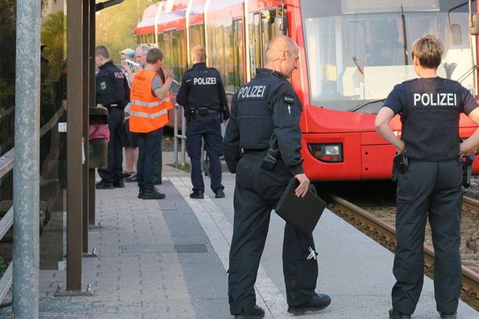 Horrorunfall! Frau stürzt vor Zug und wird eingeklemmt