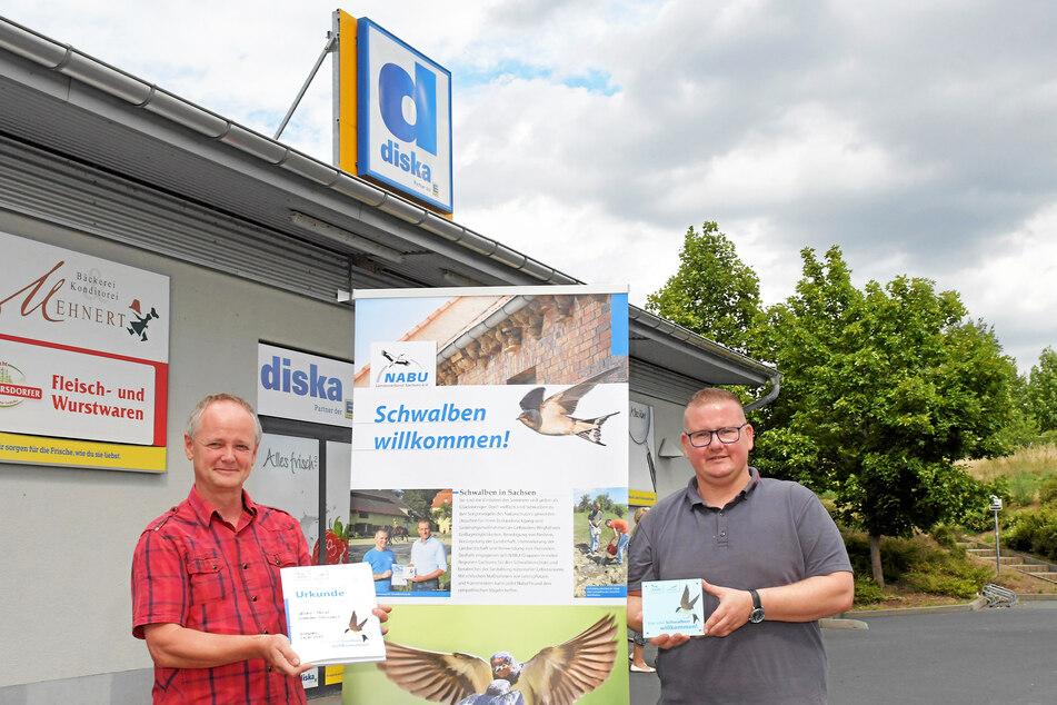 Lutz Hennig (56, l.) vom NABU Dresden und Marktleiter Rico Kläßig (41) bei der Übergabe der Plakette.