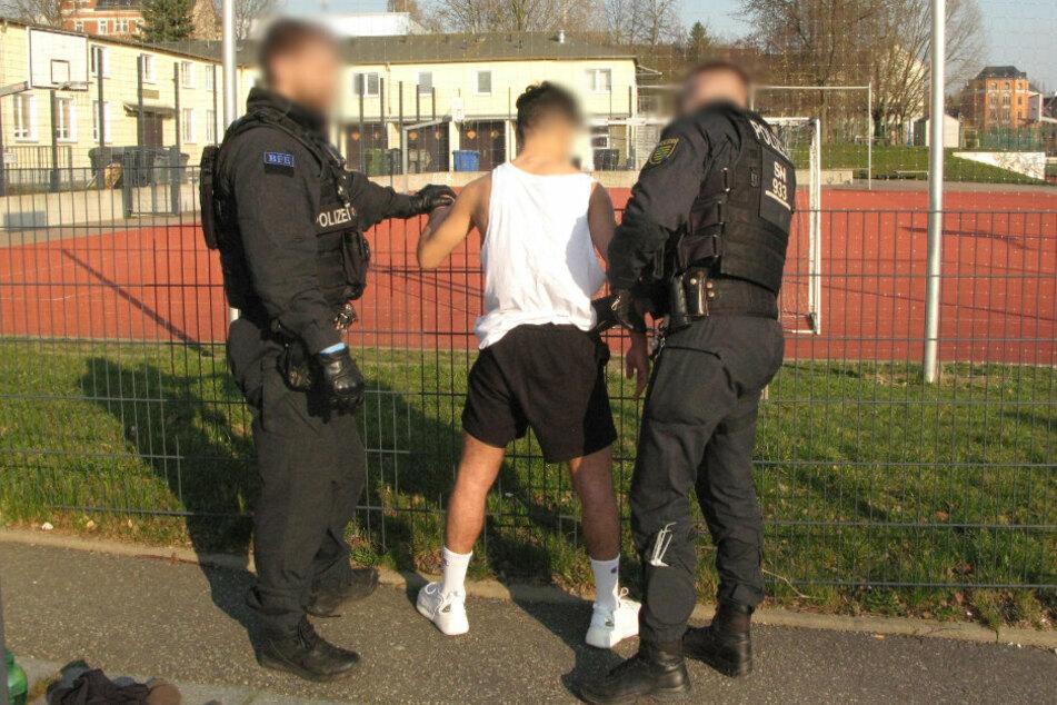 Am Donnerstagnachmittag stürmte die Polizei ein Freizeit-Fußballspiel auf dem Schulsportplatz an der Martinstraße.