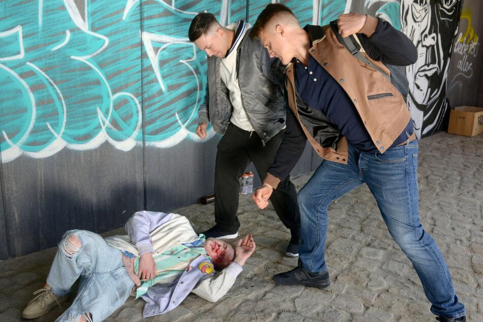 Moritz (l.) wird wegen seiner Sexualität von zwei Männern zusammengeschlagen.