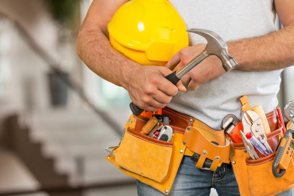 Handwerker bedroht Kunden mit Hammer und Schlagring, weil der Schulden nicht bezahlen kann