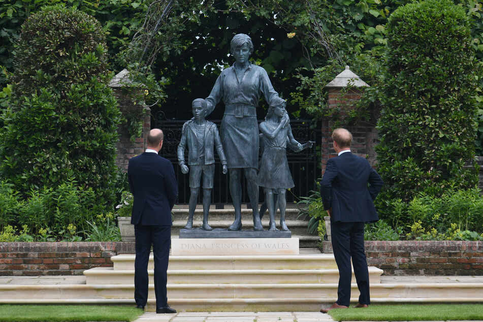 Der britische Prinz William (39, l), Herzog von Cambridge, und der britische Prinz Harry (36), Herzog von Sussex, betrachten eine von ihnen in Auftrag gegebene Statue ihrer Mutter Diana, Prinzessin von Wales.