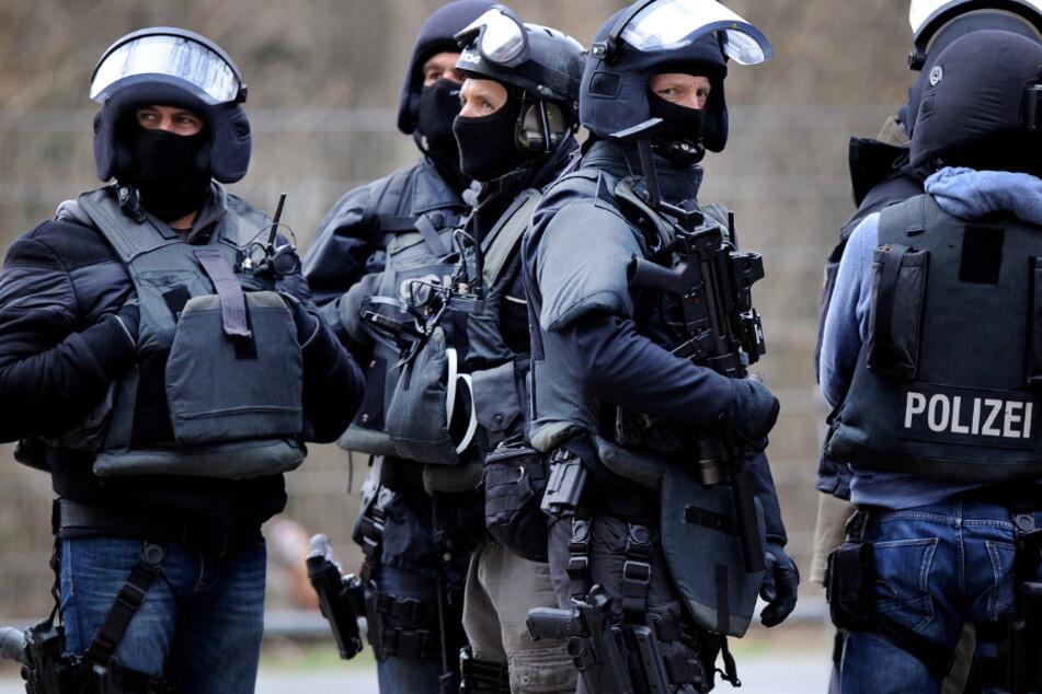 Bei Spezialkräften der Polizei in Bayern haben das LKA und die ZET Razzien in Dienststellen und einer Wohnung durchgeführt. (Symbolbild)