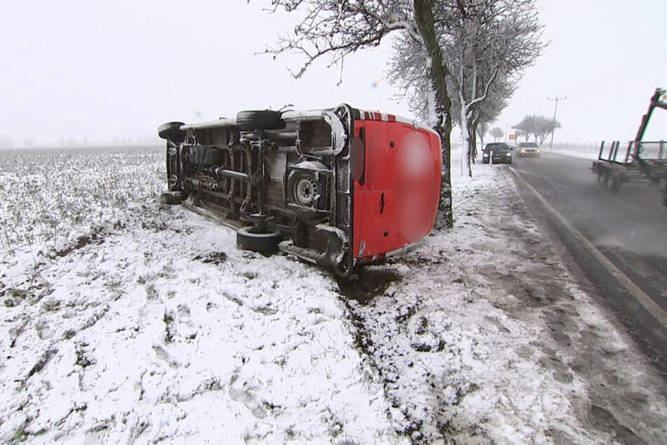 Ein weiterer Transporter war ins Schleudern gekommen und auf einem Feld umgekippt. In beiden Fällen blieben die Fahrer unverletzt.