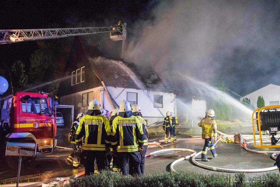 Unterdessen machten sich weitere Einsatzkräfte auf dem Weg zum eigentlichen Einsatzort: Ein brennendes Wohnhaus, bei dem ein Mensch starb.