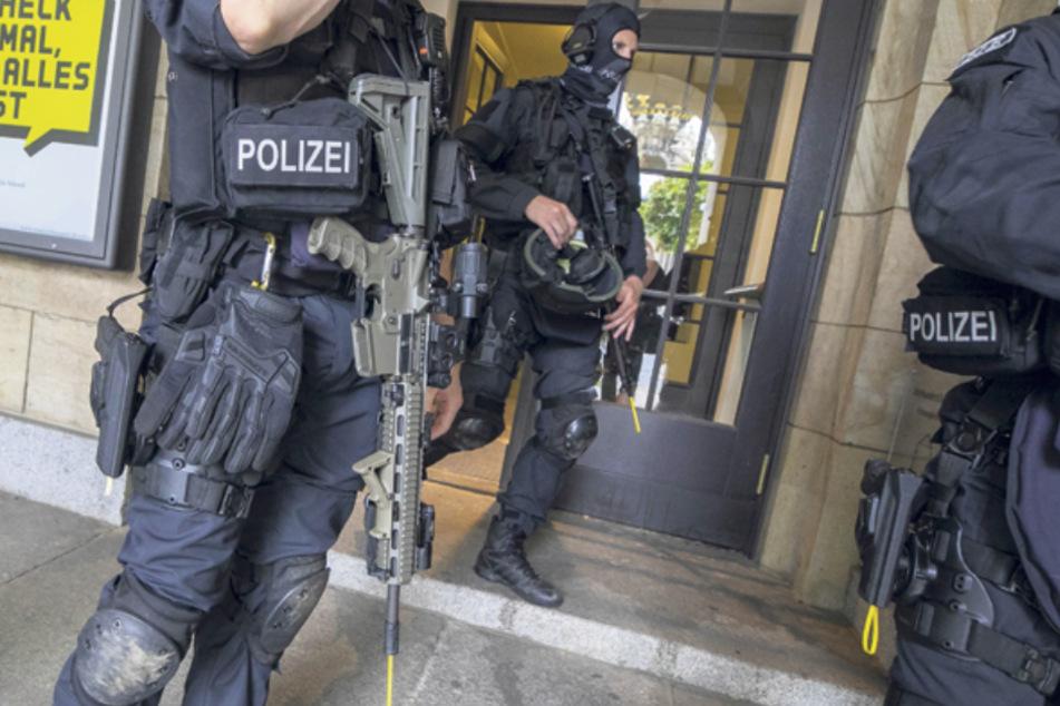 Warum die Polizei schwer bewaffnet das Dresdner Schauspielhaus abriegelte