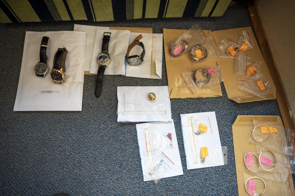 Der polnische Grenzschutz hat mehrere Uhren, Armbänder und Ohrringe sichergestellt.