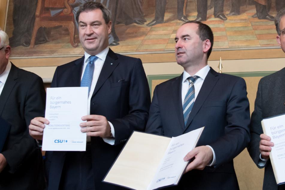 Markus Söder und Hubert Aiwanger nach der Unterzeichnung des Koalitionsvertrags für Bayern. (Archiv)