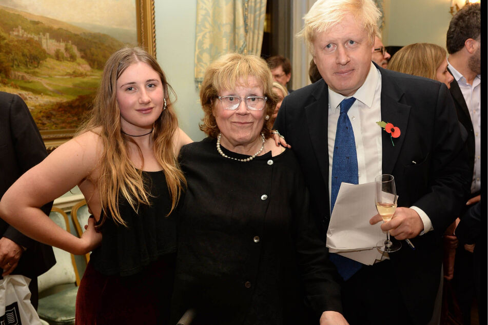 Charlotte Johnson Wahl (79†, Mitte) hier auf einem Familienbild mit Sohn Boris (57) und Enkeltochter Lara Lettice Johnson (28).