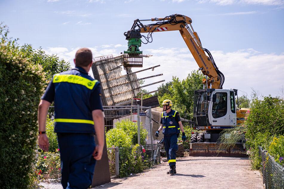 Mit einem Bagger wurde die Gartenlaube des Verdächtigen im Missbrauchsfall von Münster abgerissen.