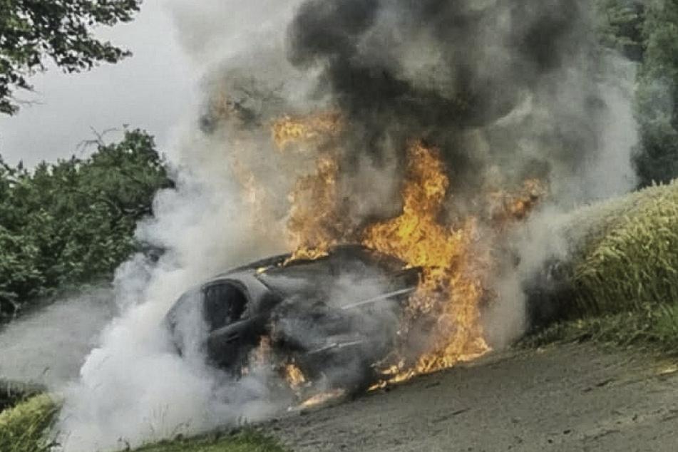 Der Mercedes geriet wohl aufgrund eines technischen Defekts in Brand.