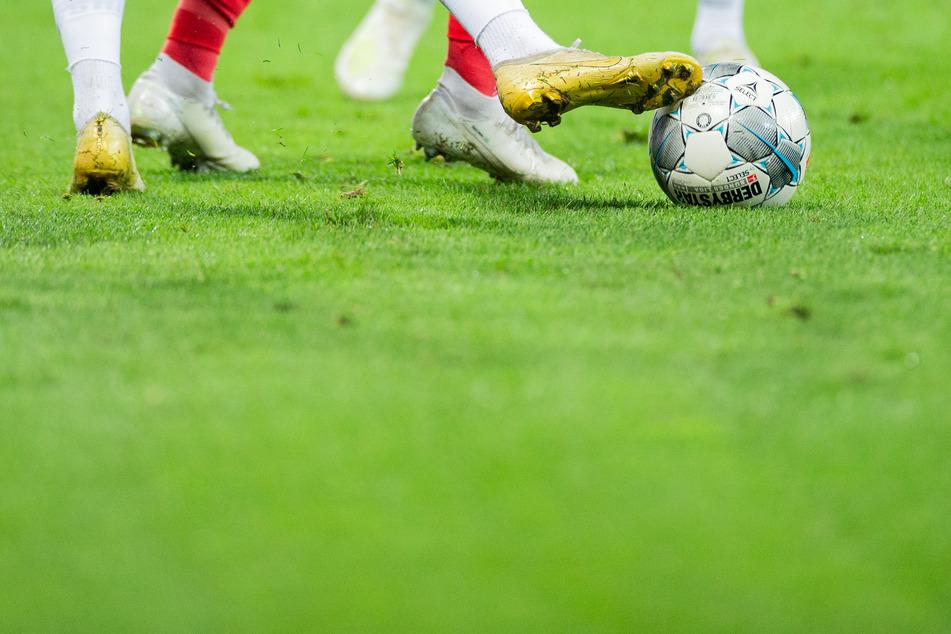 Spieler versuchen an den Ball zu kommen. Der Bund will dem deutschen Profifußball grünes Licht für die Wiederaufnahme des seit Mitte März wegen der Corona-Krise ausgesetzten Spielbetriebes in der 1. und 2. Bundesliga geben.