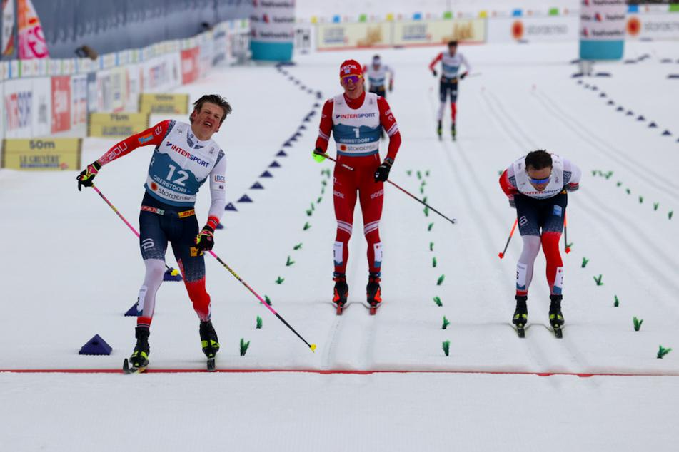 Johannes Hoesflot Klaebo (24, l.) aus Norwegen geht vor Emil Iversen (29, r.) aus Norwegen und Alexander Bolschunow (24, M.) der Russian Ski Federation ins Ziel.