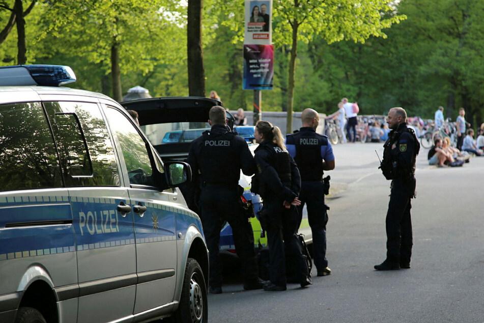 Leipzig: Eskalation auf Sachsenbrücke: Partygänger attackieren Rettungswagen
