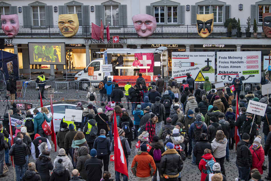 Schweiz, Schwyz: Demonstranten nehmen an einer Kundgebung des Aktionsbündnisses Urkantone gegen die aktuelle Corona-Politik auf dem Hauptplatz teil.