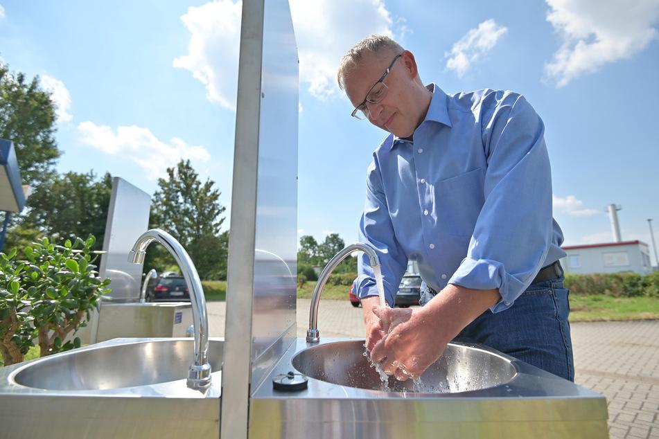 Betriebsleiter Thomas Weber (50) wäscht sich die Hände in dem mobilen Waschbecken.