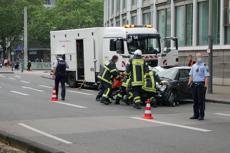Der Fahrer (39) des Minis wurde bei dem Unfall leicht verletzt und kam in ein Krankenhaus.
