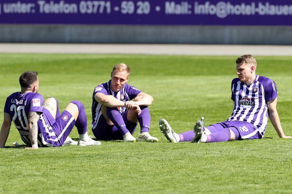 Frust und Enttäuschung bei den Veilchen nach der bitteren Paderborn-Pleite. Calogero Rizzuto, Florian Krüger und Steve Breitkreuz (v.l.n.r) saßen nach dem Spiel enttäuscht auf dem Rasen.