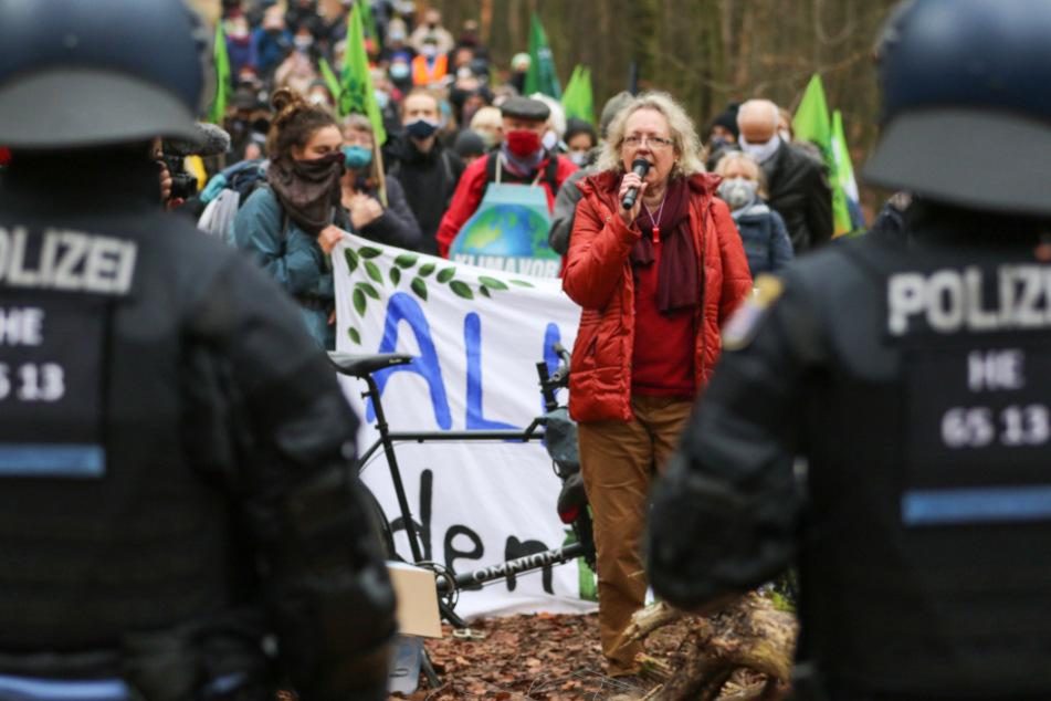 Aktivisten, die gegen die Rodungsarbeiten für den Weiterbau der A49 am Dannenröder Forst sind, stehen am 13. November Polizisten gegenüber.