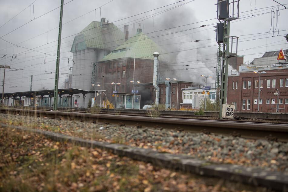 Das Feuer bei dem Autozulieferer in Hamburg-Eidelstedt sorgt für eine starke Rauchentwicklung.