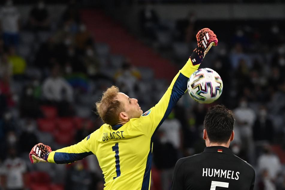 Diese Szene aus der 66. Minute wird sich Peter Gulacsi (31, l.) wohl noch öfter anschauen. Nach zuvor starken Paraden schlug der Keeper am Ball vorbei und ermöglichte dadurch den Ausgleich des Deutschen Nationalteams.