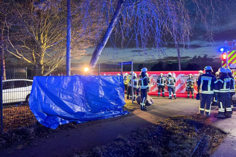 Auto kommt von Fahrbahn ab und kracht durch Zaun: Fahrer stirbt
