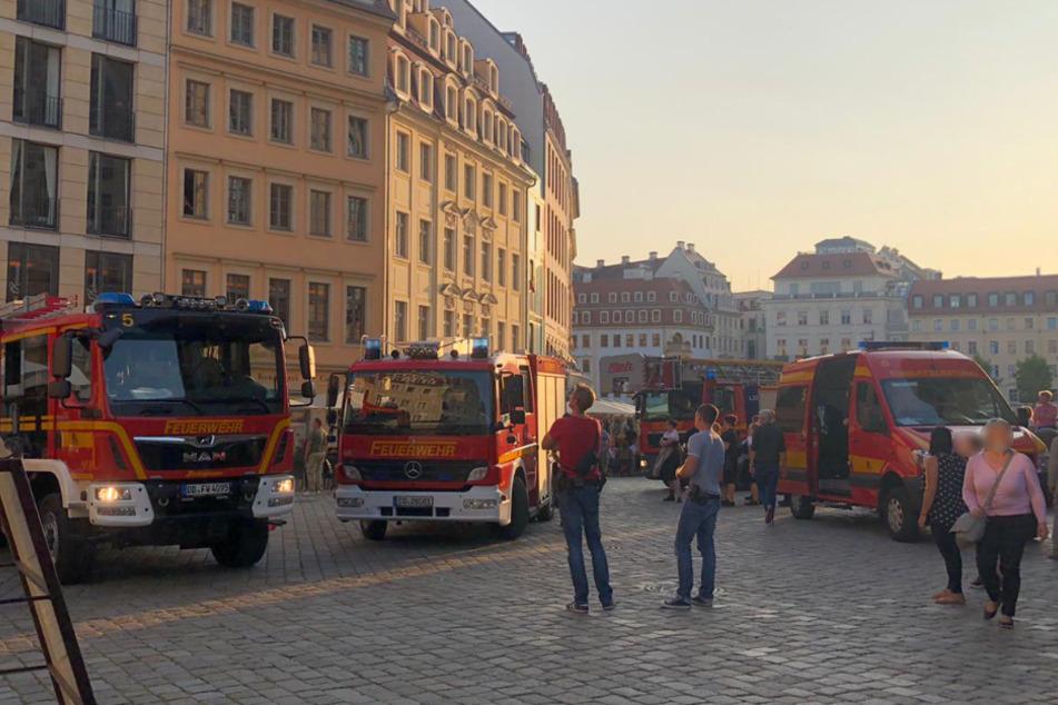 Schaulustige beobachteten die Ankunft der Feuerwehr.