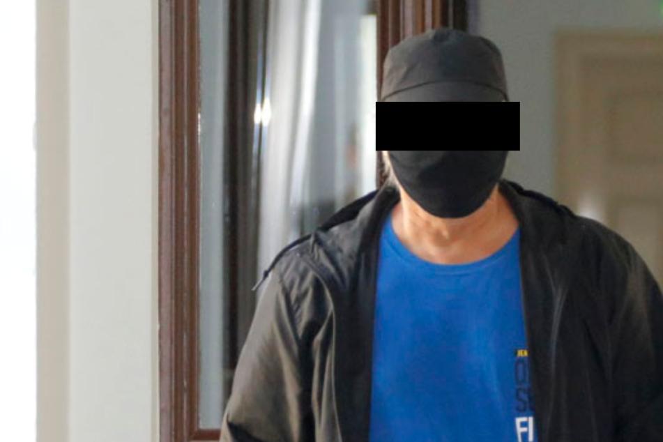 """Das Chemnitzer """"Phantom"""" hat einen Namen: Tibor K. (59) mit seinem Anwalt auf dem Weg zum Gerichtssaal."""