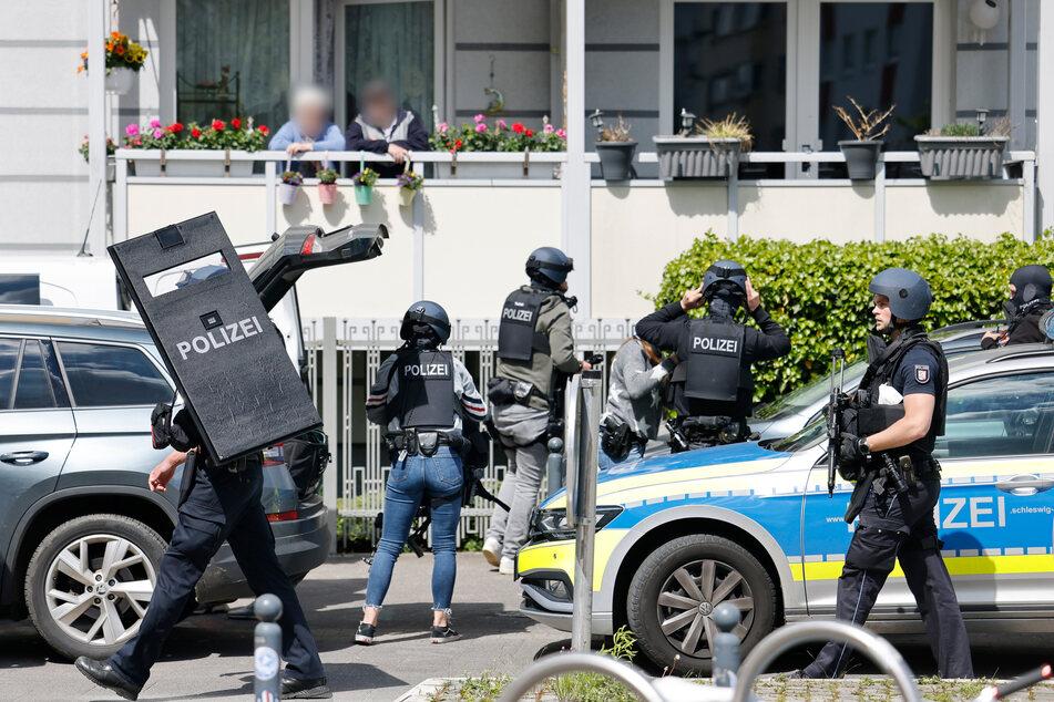 Nach den Schüssen in Dänischenhagen bereiten sich Polizisten bereiten in Kiel auf ihren Einsatz vor.