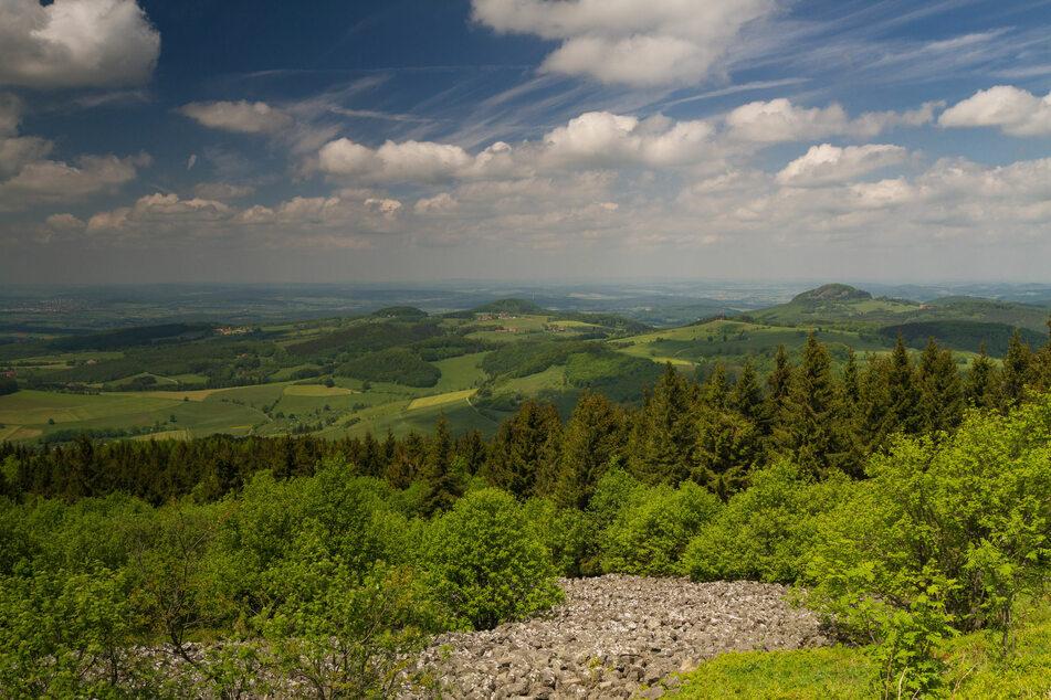 Der Aussichtspunkt Wasserkuppe des Rhön Mittelgebirges offenbart ein fantastisches Landschaftspanorama.