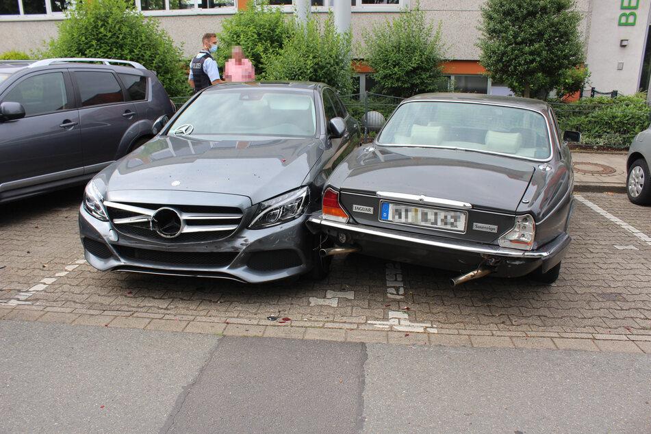 Unter den beschädigten Autos befindet sich auch ein Jaguar. Der entstandene Sachschaden wird auf insgesamt rund 30.000 Euro geschätzt.