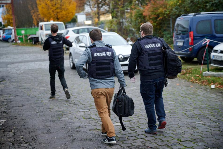 Ermittler verlassen nach einer Durchsuchungen wegen Drogenhandels das Gelände der Oskar-Jäger-Straße 145 in Köln
