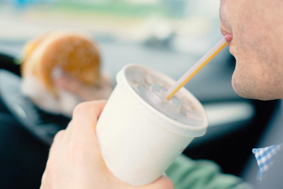Mann trinkt im Auto Cola: Strafbefehl, Führerschein weg!