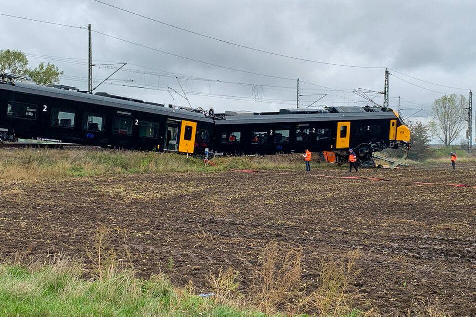 Der Zug sollte nach Magdeburg überführt werden, weshalb keine Passagiere an Bord waren. Wie es zu dem Unfall kam, ist aktuell noch unklar.