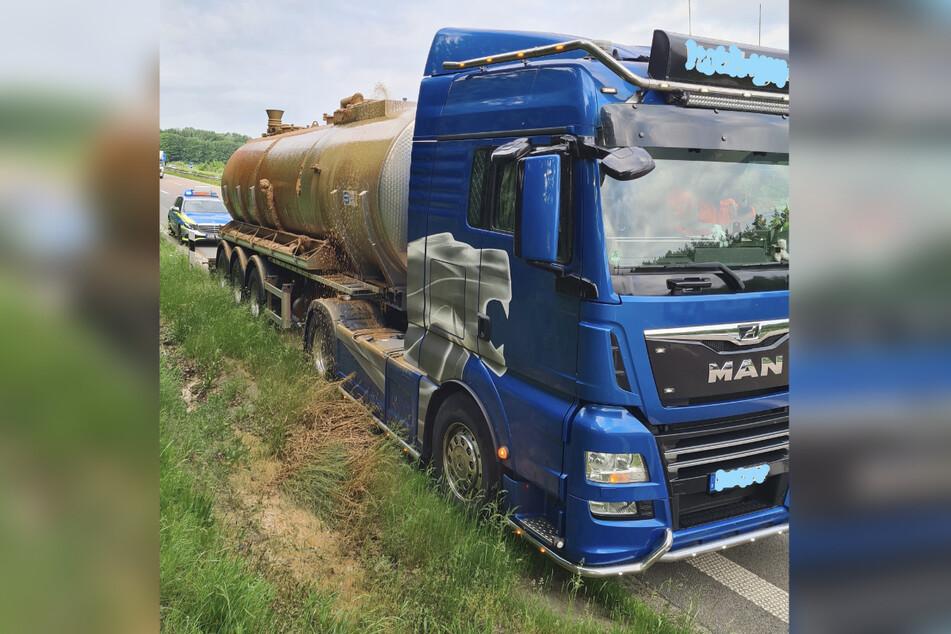 Die Gülle sprudelt aus dem beschädigten Tank auf die Autobahn.