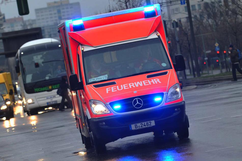 Ein Rollstuhlfahrer ist am Donnerstagabend in Berlin-Kreuzberg von einem Mercedes-Transporter erfasst und schwer am Kopf verletzt worden. (Symbolfoto)