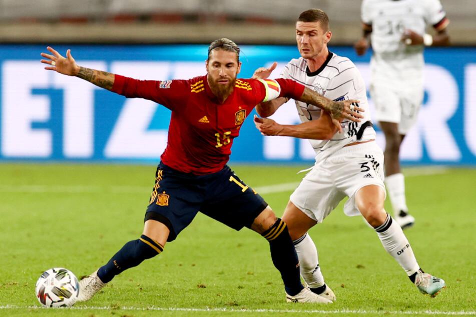 Robin Gosens (r.) attackiert in dieser Szene Spaniens Kapitän Sergio Ramos.