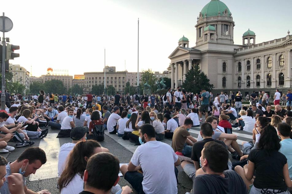 Nach zwei Nächten der Gewalt haben Demonstranten gegen die Corona-Restriktionen von Präsident Vucic eine friedliche Sitzdemonstration abgehalten.
