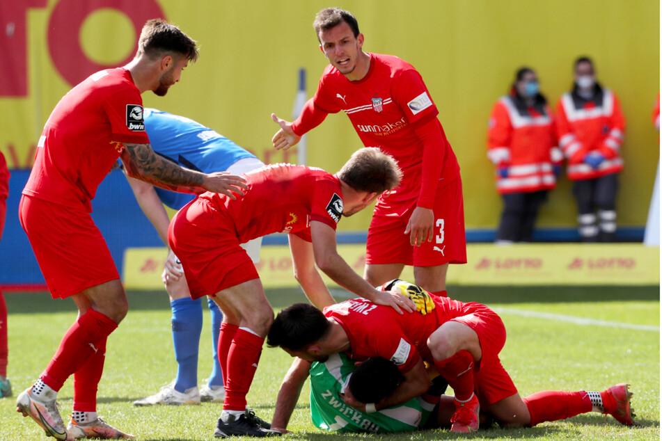 Großer Jubel beim FSV Zwickau nach dem erkämpften 0:0 bei Spitzenteam Hansa Rostock. Am Sonntag durften sich die Schwäne dann auch noch über den endgültig feststehenden Liga-Verbleib freuen.