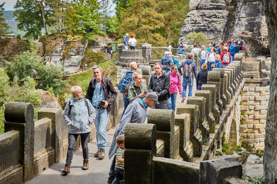 Massentourismus: Das Besucheraufkommen in der Sächsischen Schweiz wird zunehmend zum Problem - nicht nur auf der Bastei.