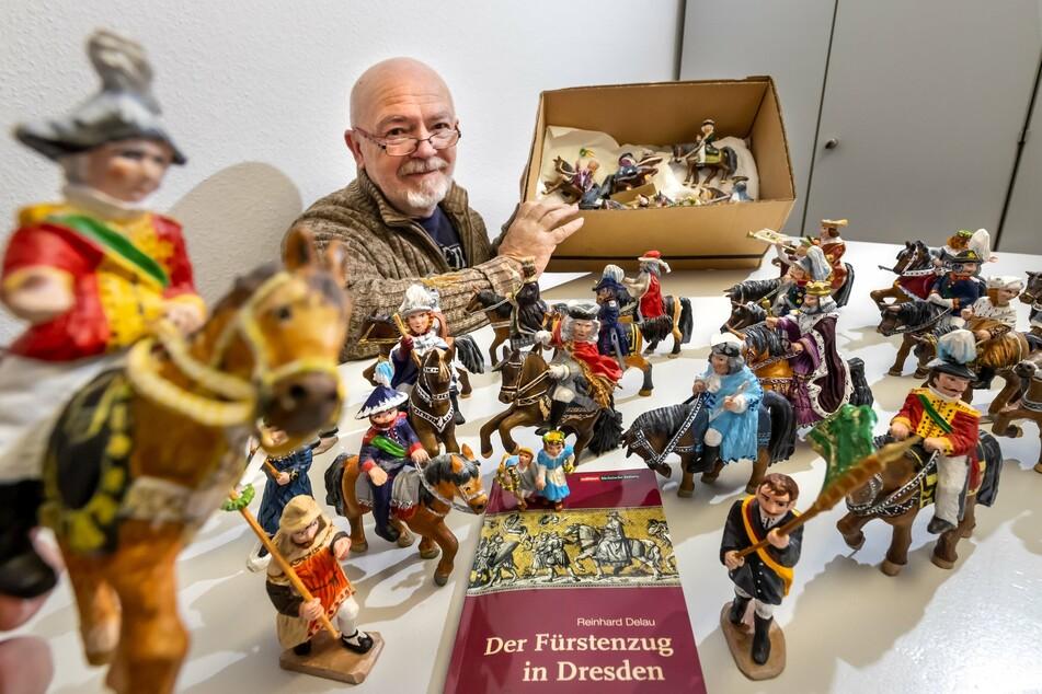 Horst Drichelt (70) mit den neu entstandenen Figuren des Dresdner Fürstenzugs im Mini-Format.