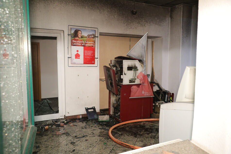 Der Automat wurde durch die Explosion völlig zerstört. 31 Kameraden der Feuerwehr seien angerückt, um den folglich entstandenen Brand zu löschen.