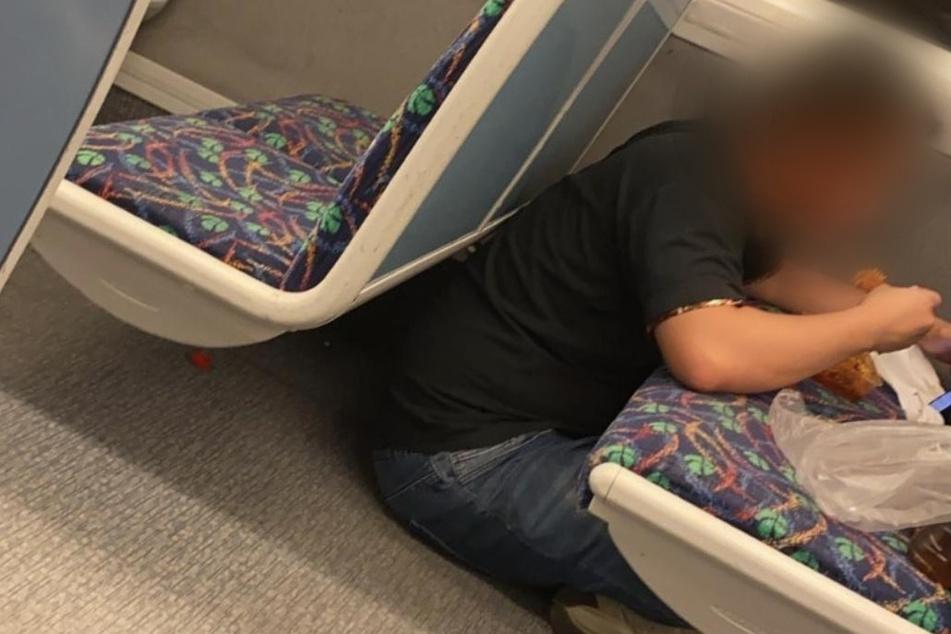"""""""Lecker, der Geschmack von Ar***"""": Typ isst sein Essen im Zug auf dem Sitz"""