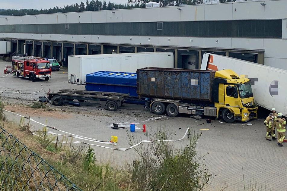 Der Unfall-Laster kam nach dem Unfall von der Fahrbahn ab und krachte auf einem Firmengelände gegen einen LKW-Auflieger.