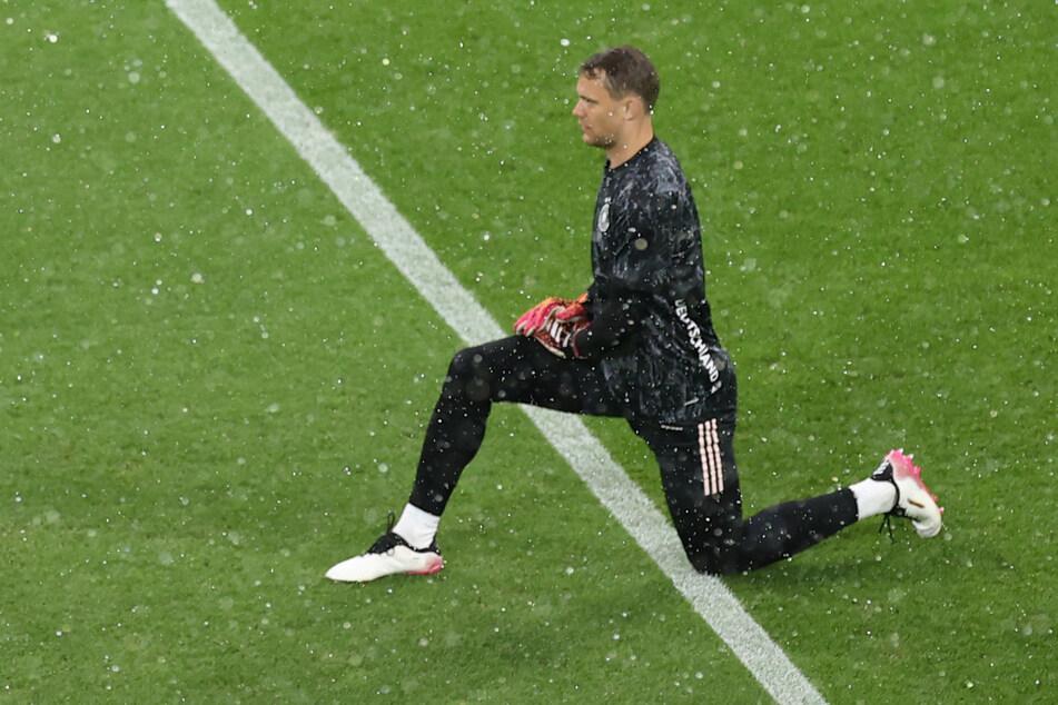 Manuel Neuer macht beim Aufwärmen schon einmal vor, was die Nationalmannschaft vor dem Spiel gegen England zelebrieren wird - den Kniefall.