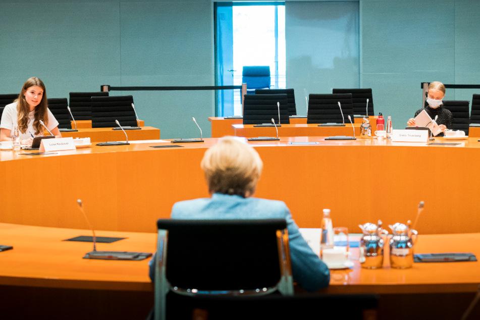 Bundeskanzlerin Angela Merkel (CDU) unterhält sich mit den Klimaktivistinnen Luisa Neubauer (l.) und Greta Thunberg im Internationalen Konferenzsaal des Bundeskanzleramts.