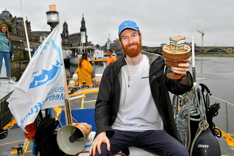 """Der Dresdner Filmemacher Steffen Krones (29) zeigt seine Plastik-Boje (""""Drifter""""), die von der Elbe bis zur Arktis trieb."""